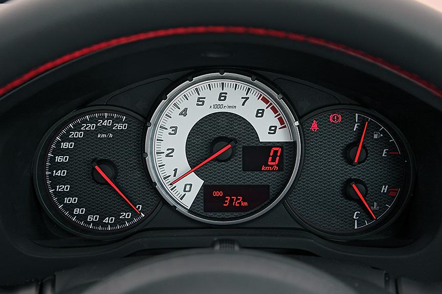 メーターパネル。スピードメーターは260km/hスケールのため、普段使いでは針の振れ幅は小さい。デジタルメーターで確認することになるだろう