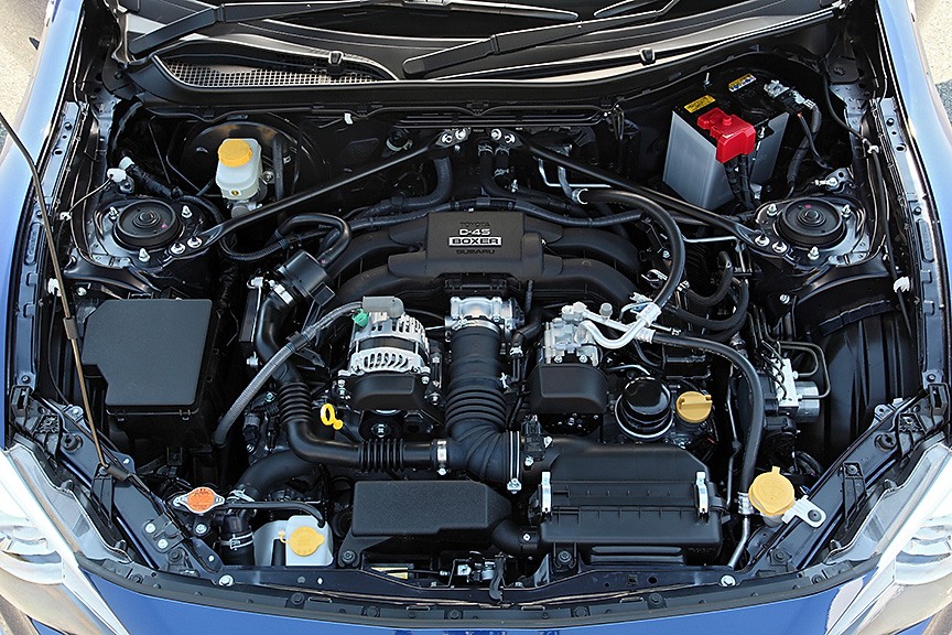 86/BRZの心臓部、水平対向4気筒 2.0リッターエンジン。スペックは全グレード共通の、最高出力147kW(200PS)/7000rpm、最大トルク205Nm(20.9kgm)/6600rpm