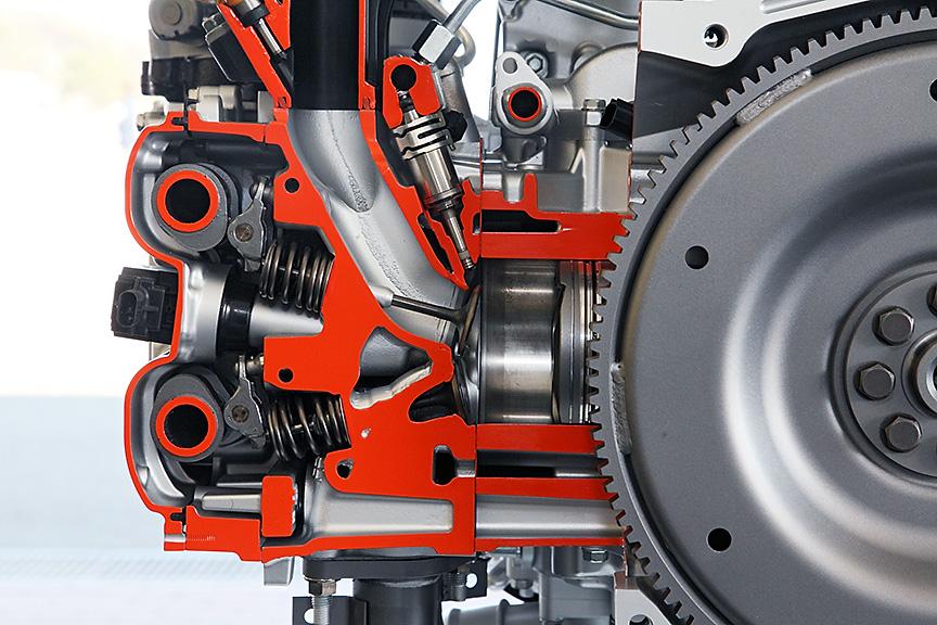 ボア×ストロークは、86×86mmのスクエア。直噴システムは、トヨタのD-4Sを用いる