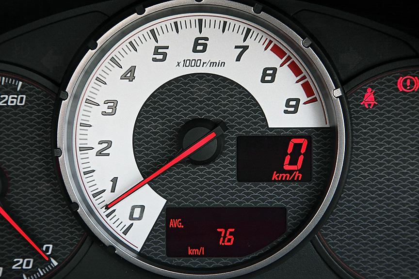 GT以上では、タコメーターがホワイトパネルに。BRZにはこの設定はなく、全体的に86のほうが華やかな感じ