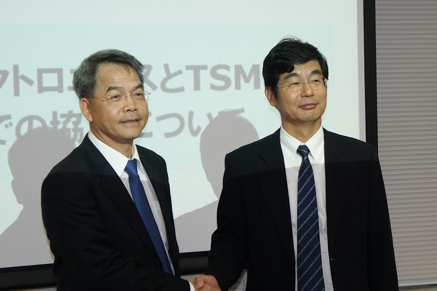 提携の発表で握手するルネサス エレクトロニクス 執行役員兼MCU事業本部長 岩本伸一氏(右)と、TSMC スペシャルティー・テクノロジー担当 ディクター チェンミン・リン氏(左)