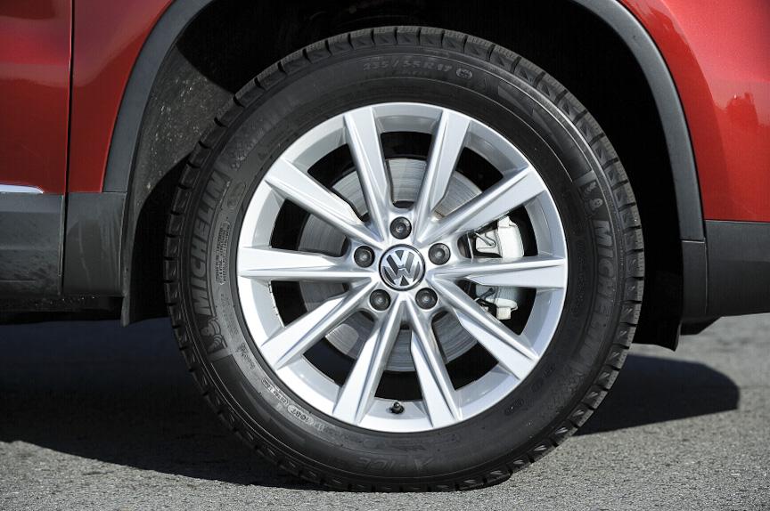 タイヤは前後とも235/55 R17。撮影車はスタッドレスタイヤを装着していた