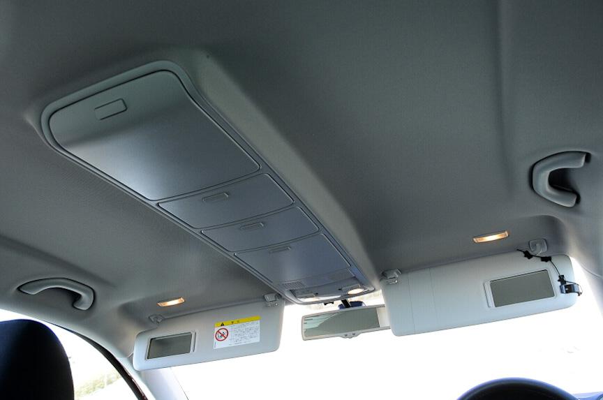 天井には連続した4つの収納ボックス「シーリングトレー」が用意される。サングラスなど小物を入れておくのに便利だ
