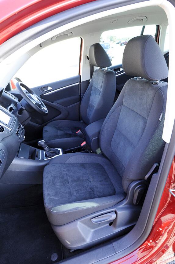 フロントシートはアルカンターラ&ファブリックの組み合わせ。リクライニングは手動