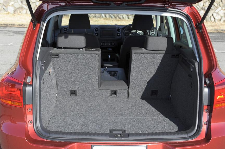 センターアームレスト部分を倒せば、スキー板などの長尺物を車内に収納できる