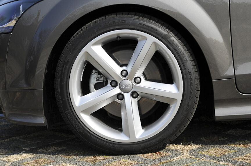 タイヤ&ホイールはオプションの18インチタイプ
