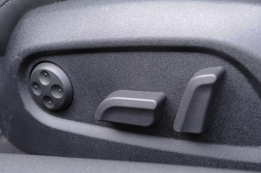 フロントシートはハーフレザーシート。S-lineでは左右ともパワーシートとなる