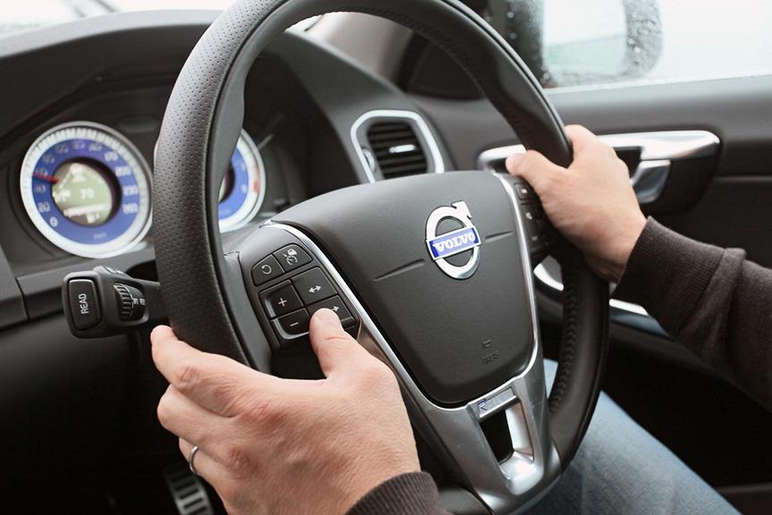 10万円で装着できる「セーフティ・パッケージ」には標準のシティ・セーフティに加え、ヒューマン・セーフティとアダプティブ・クルーズ・コントロール、「BLIS(ブラインドスポット・インフォメーション・システム)」、レーン・デパーチャー・ウォーニング、ドライバー・アラート・コントロールが含まれる(写真右上はフロントグリル内のレーダー)