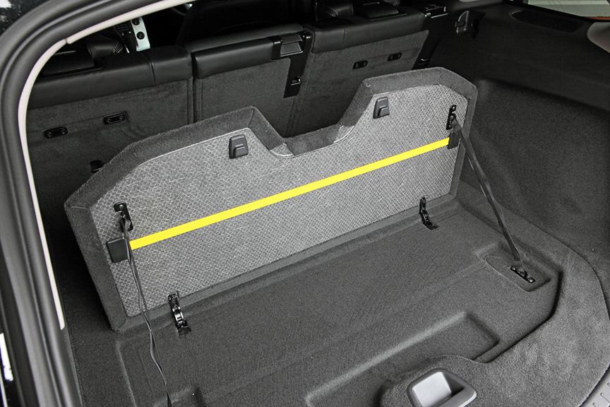 3:2:3の分割可倒式リアシート、標準装備されるトノカバーや仕切り板、シートを倒してもセットできるラゲッジネットなど、荷室のユーティリティの高さはベース車のまま