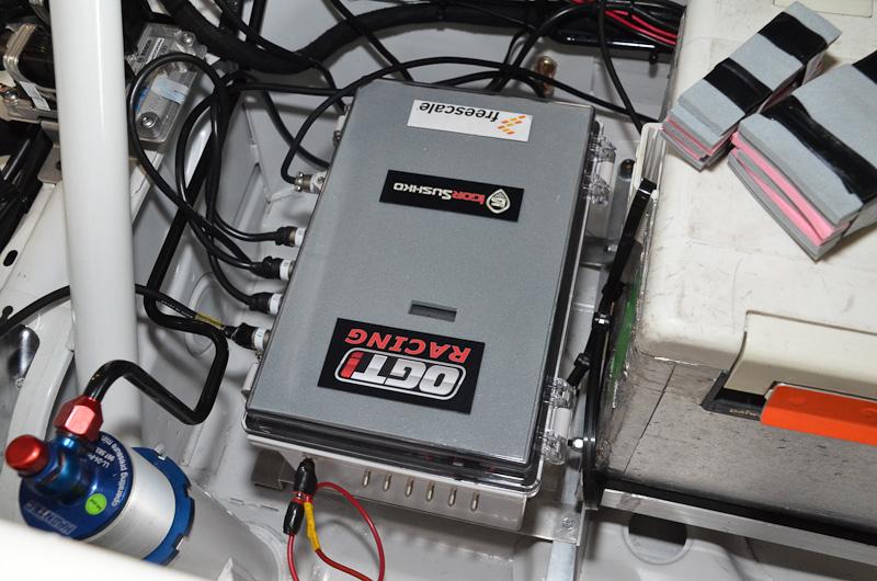 カメラからの信号はドライバーの脇に置かれたこの装置で処理され、サラウンドビュー画像が生成される