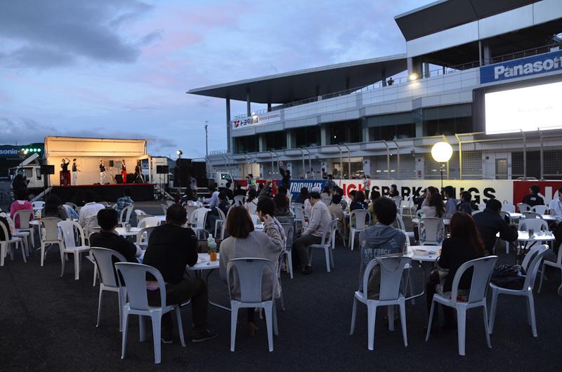 ワンメイク・フェスティバル1日目の夕方は富士スピードウェイのホームストレート上でパーティーが開かれた。パーティーには富士スピードウェイの加藤裕明社長も登場(写真右)、「ストレート上でのパーティーは初めて」と語った。このほかワンメイク・フェスティバルではレース観戦、カート体験、レーシングコースのパレード走行などが行われた