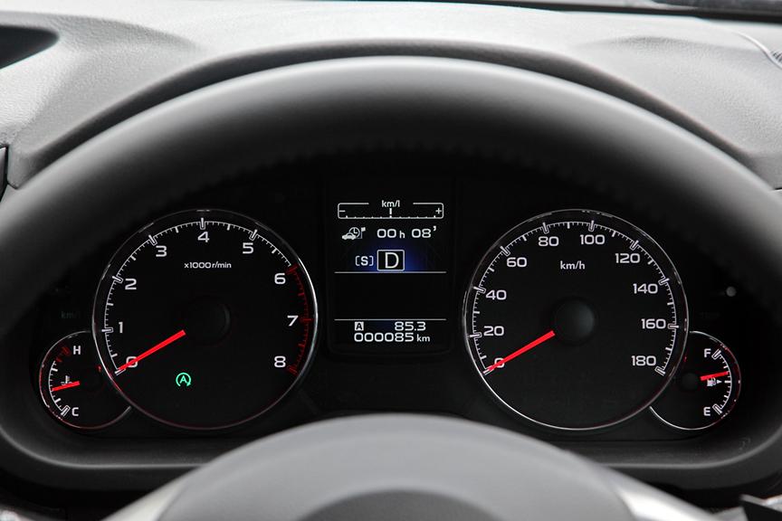 アイドリングストップ中であることを示すアイコンが回転計下部に、積算アイドリングストップ時間がマルチインフォメーションディスプレイに表示される