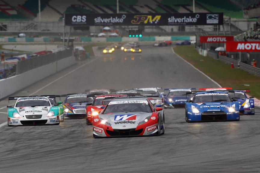 GT500クラスのスタートシーン(Photo:Burner Images)