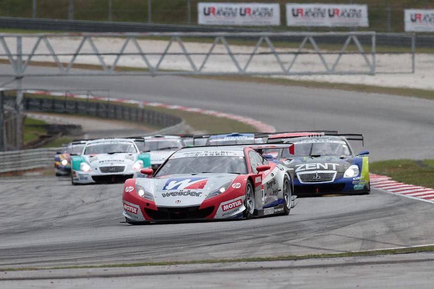 4コーナーでは18号車、38号車の順で進入