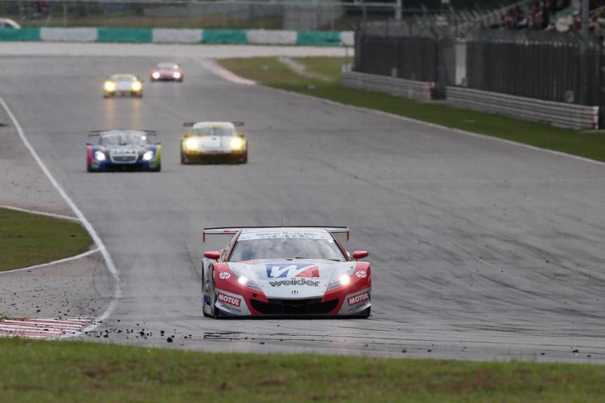 最終ラップの最終コーナー。18号車の後方に38号車、はるか後方には6号車