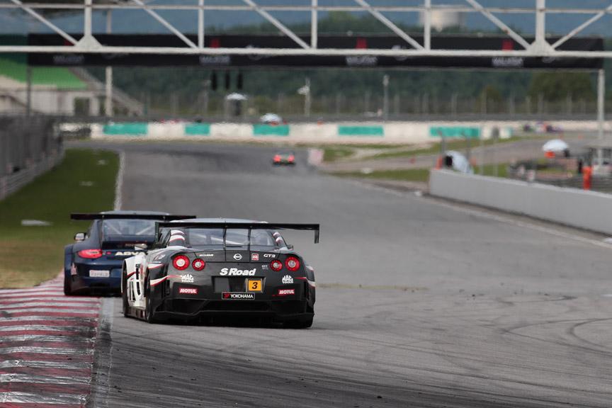 911号車と3号車は終盤僅差のバトルを続けた