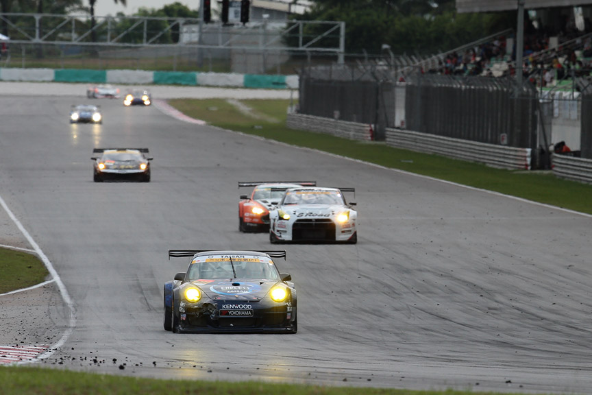 最終ラップの最終コーナー。911号車は2位確実。3位争いは最後のコーナーへ