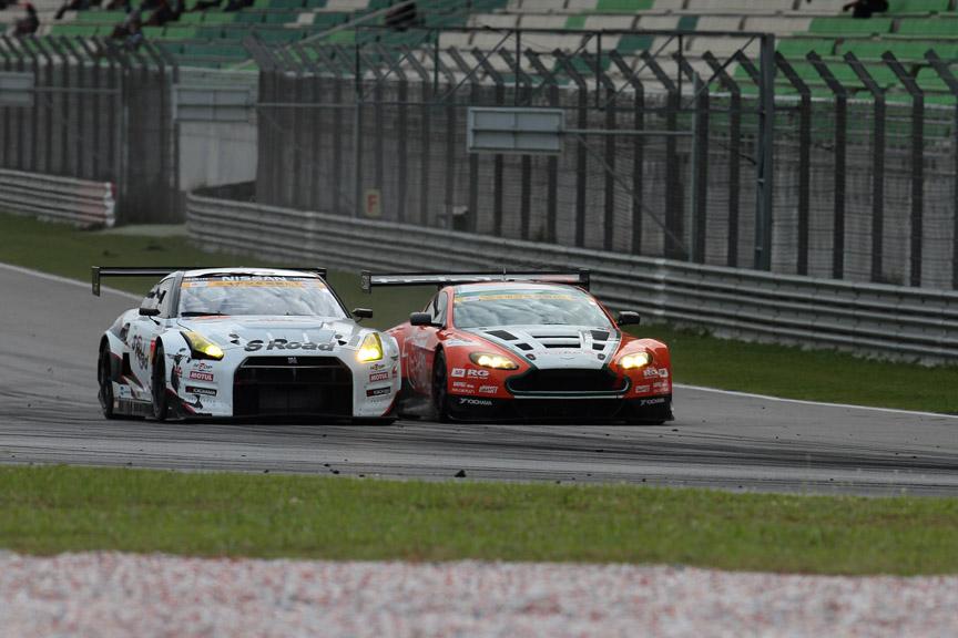 66号車が3号車のインに飛び込み3位表彰台を獲得した