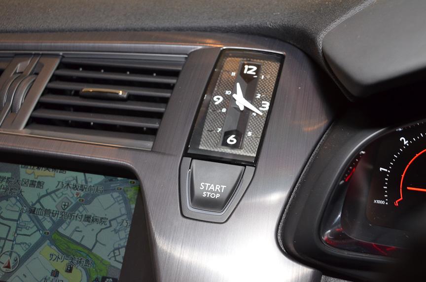 スマートキーシステムを採用。エンジンはプッシュボタンでスタート(右)