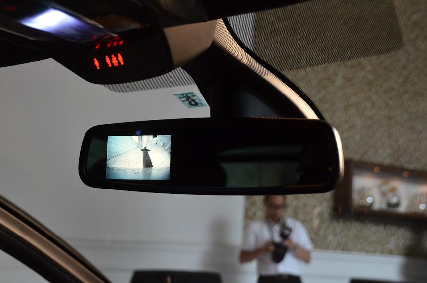 バックカメラとサイドカメラを装備。映像はルームミラーに表示される