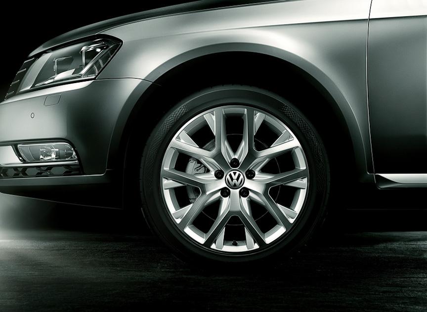 18インチ 10スポークアルミホイール(タイヤサイズ:225/45 R18 モビリティタイヤ、ホイールサイズ:8J×18)