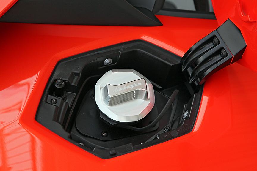エンジンフード、可変リアスポイラーはカーボンファイバー製、フロントボンネット、前後フェンダー、ドアはアルミ製。乾燥重量は1575kg。ボディーサイズは4780×2030×1136mm(全長×全幅×全高)、前後重量配分は43:57となっている