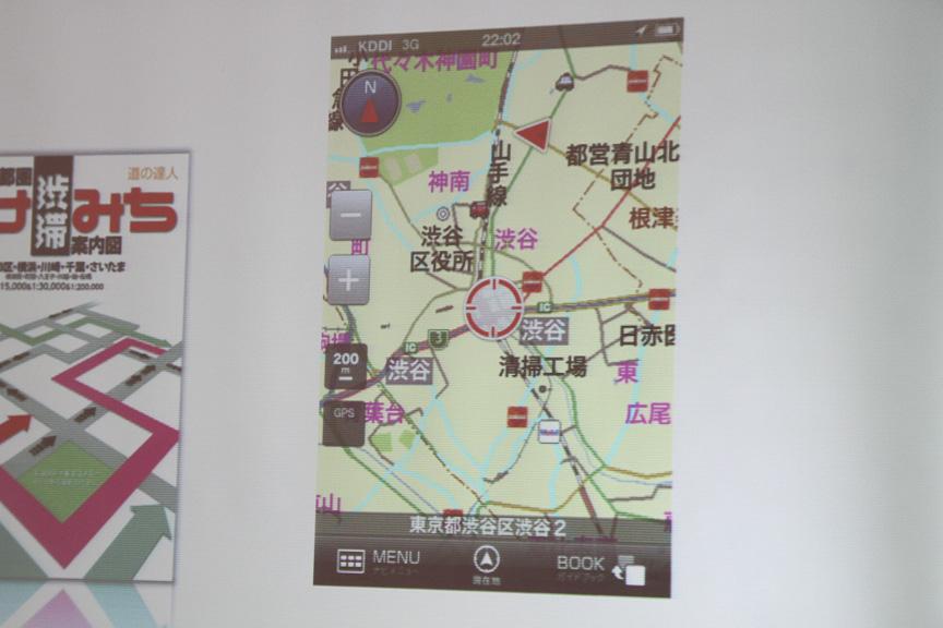 写真左が抜け道の表示画面。マップ上では抜け道が水色に点滅して表示される