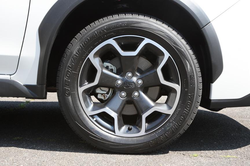 ホイールは専用デザインの17インチ。タイヤサイズは、225/55 R17