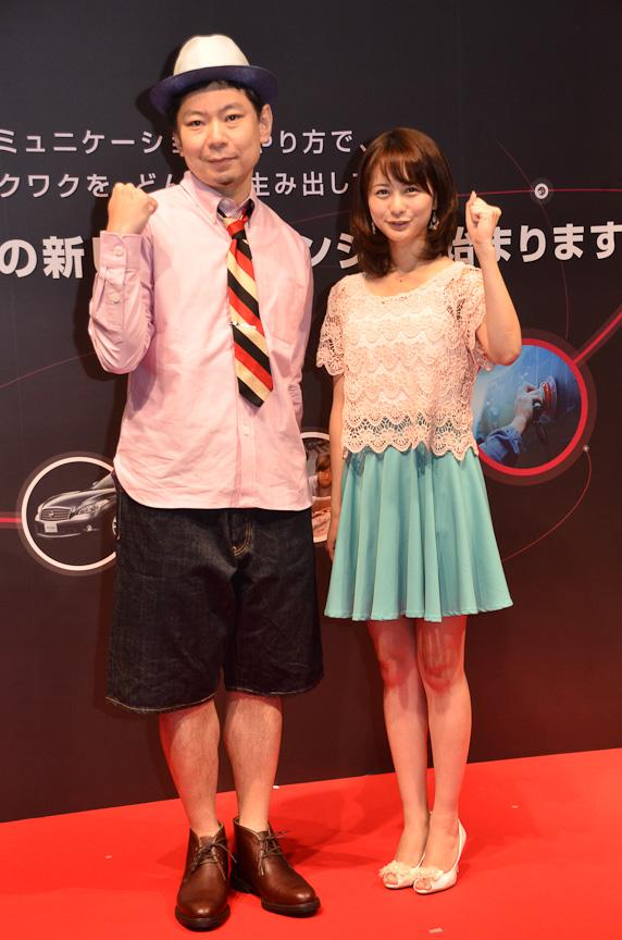 鈴木編集長(左)と高見リポーター