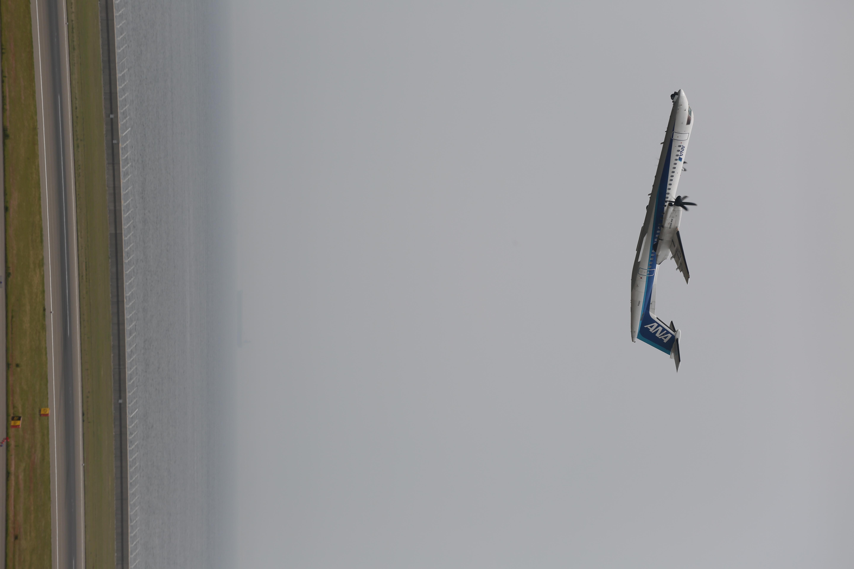 小型機ははるか手前で離陸してしまうので縦位置で撮影