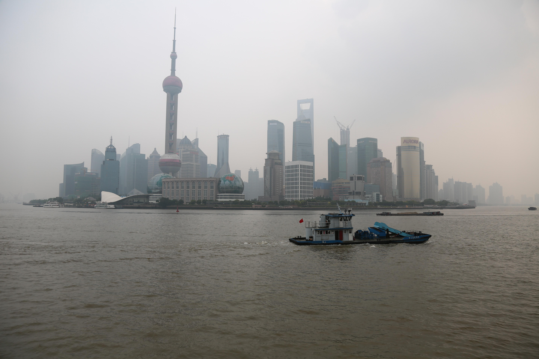 2日目の朝、対岸の外灘から上海ヒルズや東方明珠塔を撮影。ずっとこんな天気だった…ガッカリ