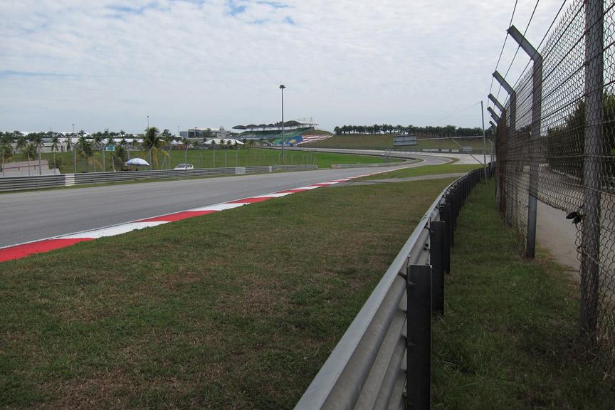 4コーナー進入をコースサイドで撮影。マシンは数m横を通過する