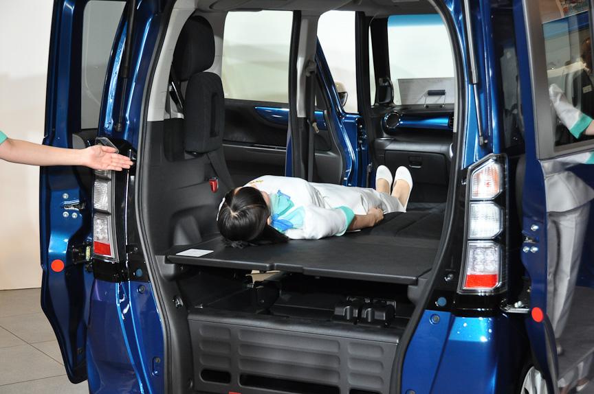 フルフラットな空間が出現し、大人2人が車中泊など可能。荷物は下段に置くことができる