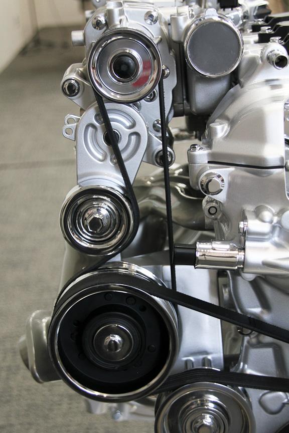 スーパーチャージャーは電動クラッチを備え、実用領域の運転シーンではスーパーチャージャーを切り離し、加速意図に応じてクラッチをつなげる