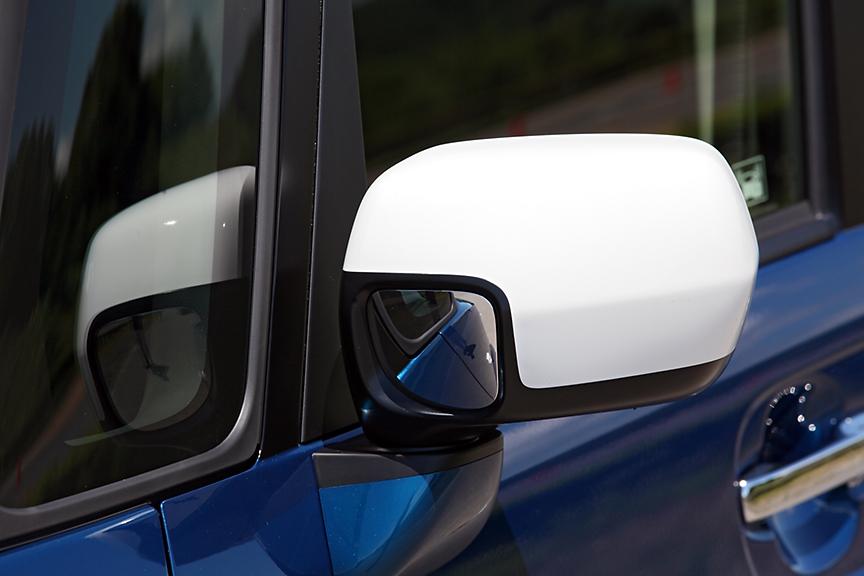 助手席側ドアミラーにはフロントの死角を減らすためのミラーが前側にもつく