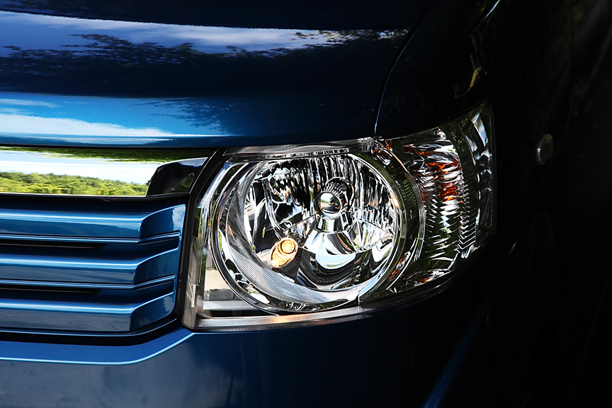 ヘッドライトはマルチリフレクタータイプのハロゲン仕様が標準。HIDはオプション