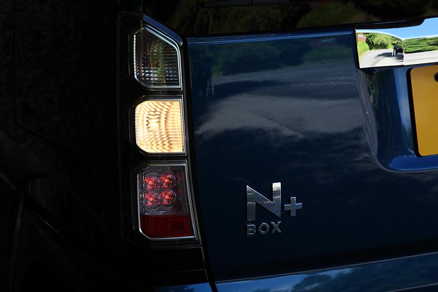クリアタイプのレンズを使ったリアコンビランプ。上から順にウインカー/ハザード、バック、ブレーキ/ポジションランプ