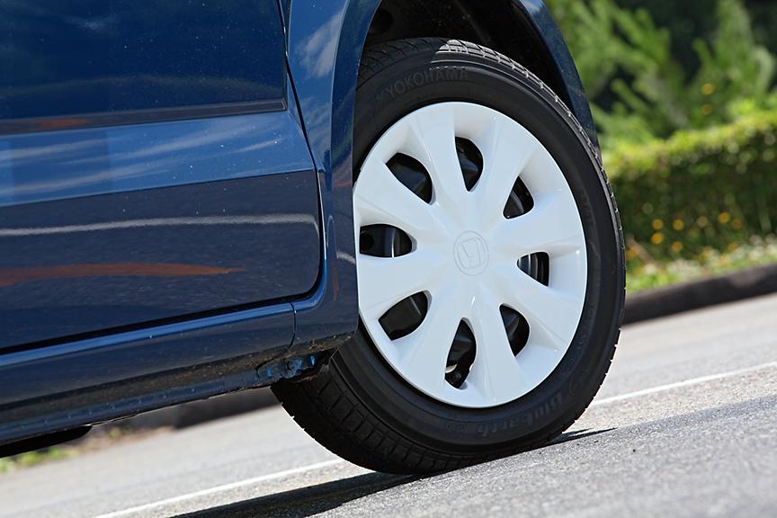 タイヤは155/65R14。自然吸気エンジン搭載車はスチールホイール&ホイールキャップが標準。ターボモデルは同サイズのアルミホイールが標準