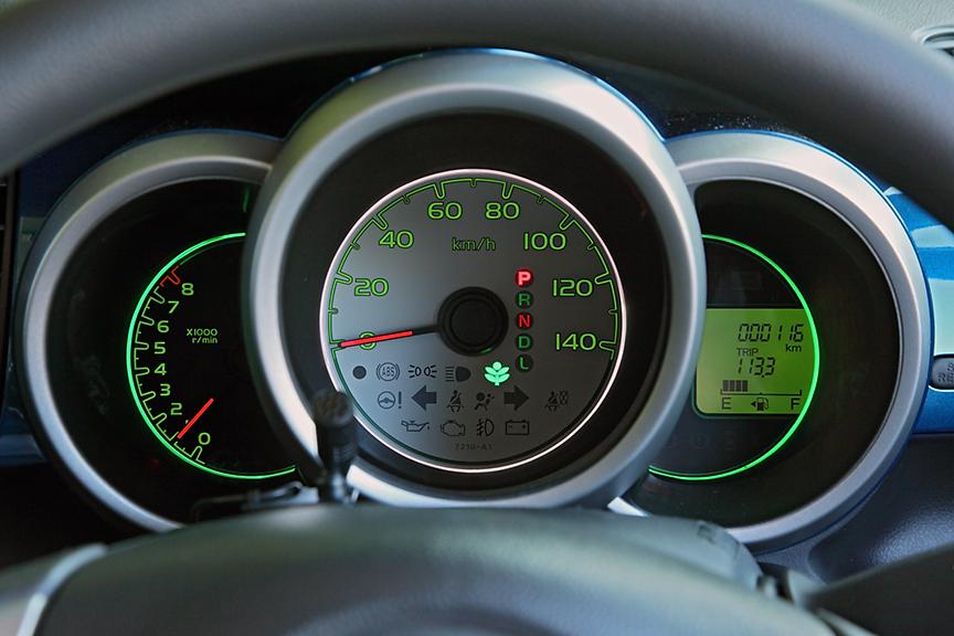標準モデルのメーターパネルはグリーン系。スピードメーター周囲はコーチング機能付きで、燃費状況に応じて白からグリーンに変化する