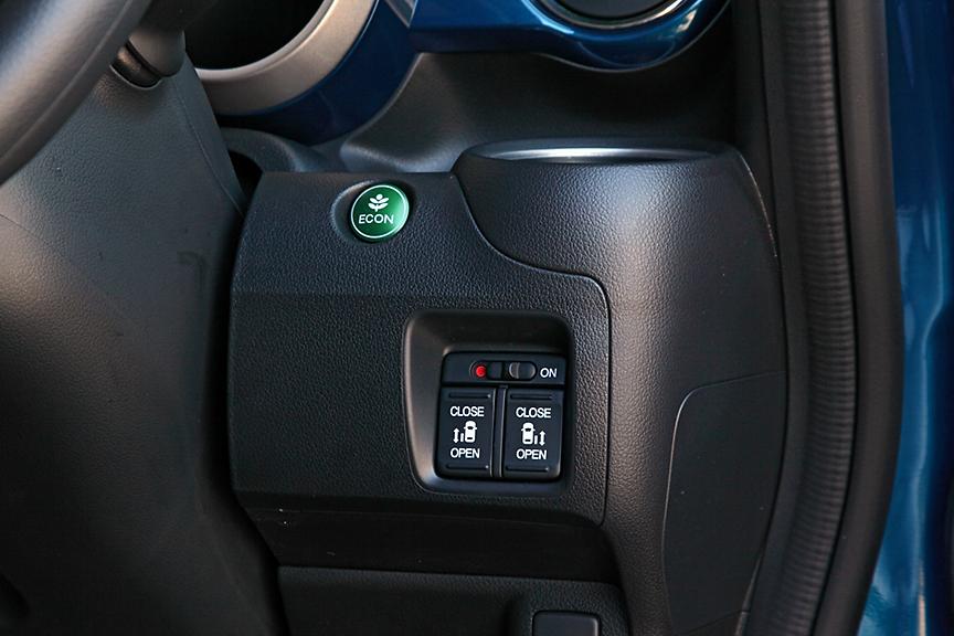 Lパッケージ以上には左側のパワースライドドアが標準。ターボパッケージは両側ともパワータイプになる。上のエコボタンを押すとエンジンおよびトランスミッションが低燃費制御になる