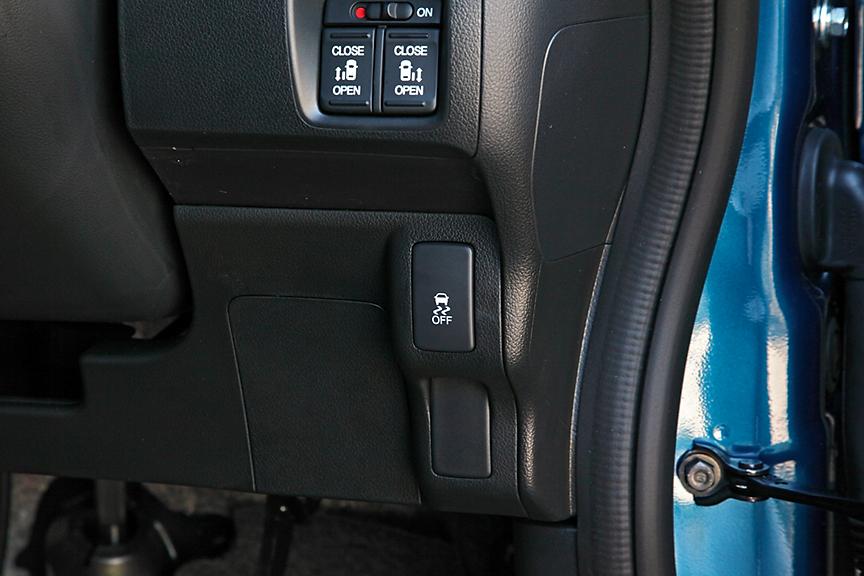 ABS+トラクションコントロール+横滑り制御を行うVSAを標準装備。OFFスイッチも備わる