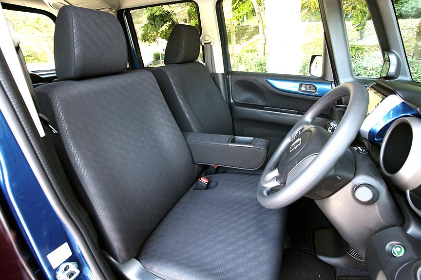 フロントシートはベンチタイプで中央にはアームレストを装備。アームレスト下部がカバーされているため、フラット時にでこぼこが少ない