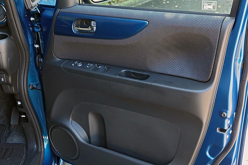 運転席ドア内張は立体的な造形。下部のポケットにはドリンクホルダーも備わる