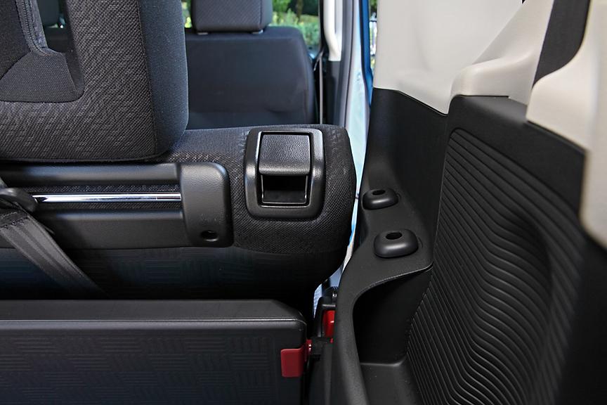 リアシートのシートバックは上部にヒンジのない独立タイプ。これによりボードを使ったラゲッジの各種アレンジが可能になった