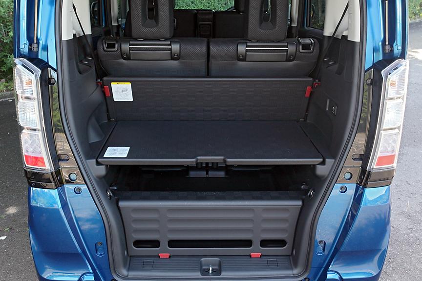 ラゲッジボードを上段にセットした状態では下部に荷物の積載が可能。上部もラゲッジスペースとして活用できる