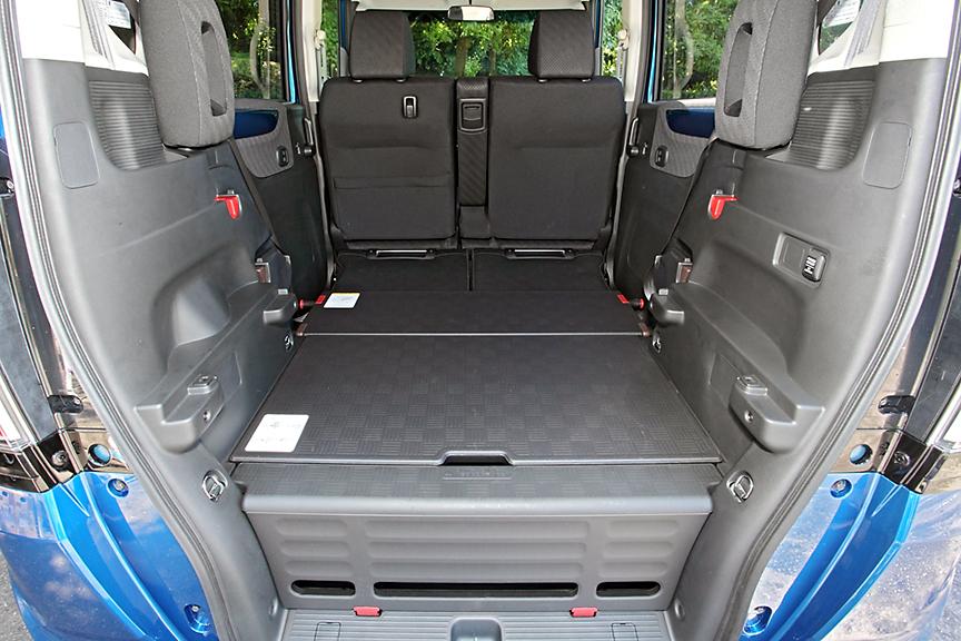 ボードを下段にセットしリアシートをダイブダウンした2名乗車の「フラットモード」。荷室長1380mm、荷室高1140mmの広いラゲッジを確保可能