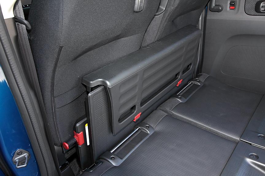 取り外したボードはフロントシート後ろに収納可能