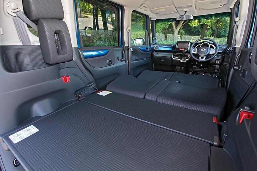 ラゲッジボードを上段にセットしてフロントシートを倒すとベッドモードに。大人の男性でも寝ることができる1940mmのベッド長が確保可能