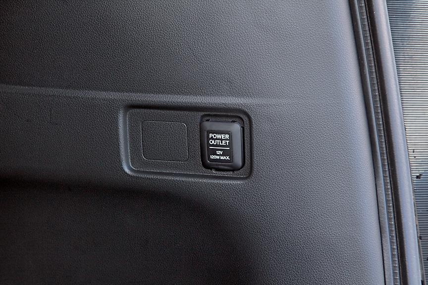 ラゲッジにはDC12Vのアクセサリーソケットが用意される