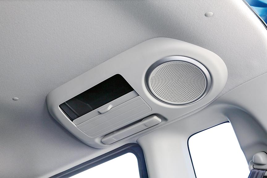 オプションのナビ装着用スペシャルパッケージを付けると、リアシートのグリップを利用してリアスピーカーが付く。小物入れも備わる